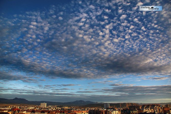 Nubes . Altocumulus Stratiformis. Meteosojuela